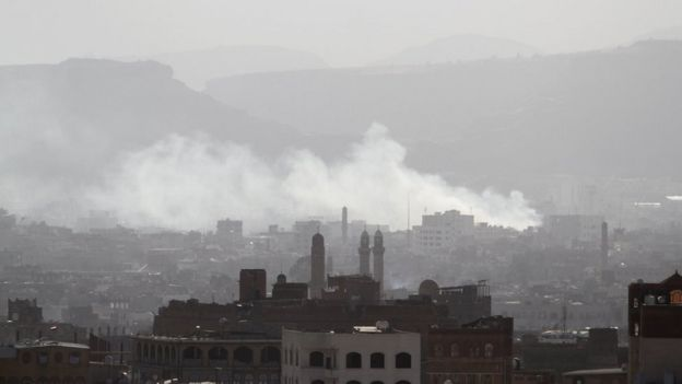 Smoke rises from Sanaa, Yemen, during fighting between Houthi rebels and supporters of Ali Abdullah Saleh (4 December 2017)