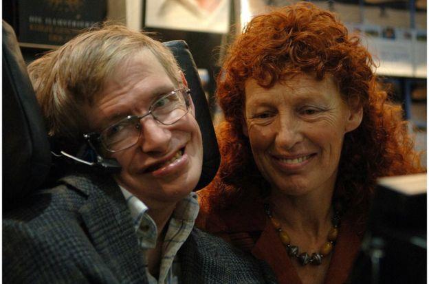 霍金教授和妻子伊莱恩(右)在法兰克福书展上参观德国书商展位(2005年10月19日)