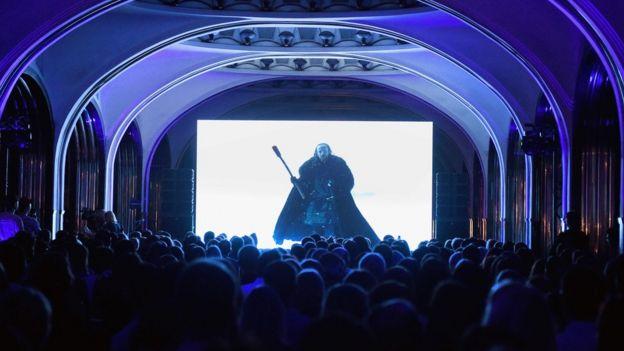 Seguidores de Juego de Tronos ven la serie en una estación de Moscú, Rusia