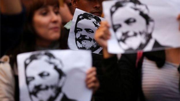 Pessoas com cartazes de Lula