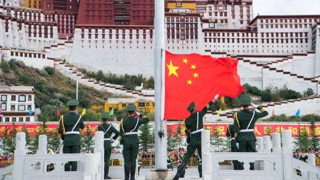 10月1日上午,西藏自治區在布達拉宮廣場舉行