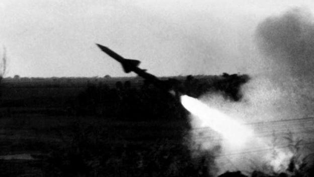 Lực lượng phòng không Việt Nam bắn trả trước đợt tấn công của không quân Mỹ năm 1972. Trong 12 ngày đêm này, phi cơ B-52 đã được sử dụng và đã thả 17 ngàn tấn bom xuống Hà Nội và Hải Phòng