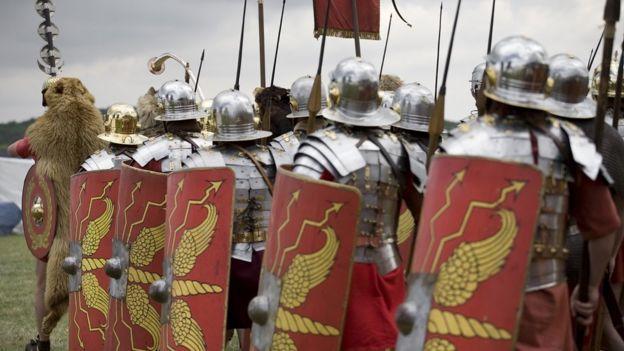 Soldados romanos marchando