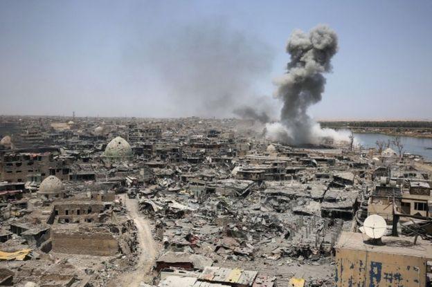این تصویر که امروز گرفته شده نشان میدهد نیروهای ائتلاف به رهبری آمریکا محل پناه گرفتن نیروهای داعش را بمباران کردهاند
