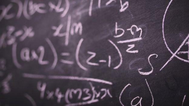Pizarra con ecuación.
