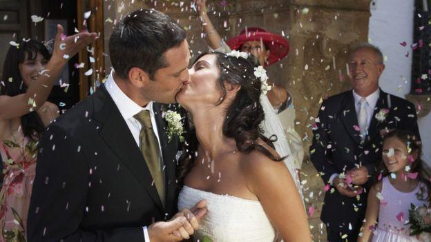 Una pareja casándose.