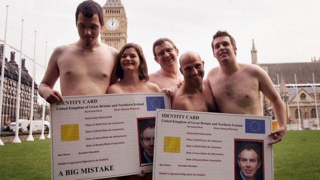 2005年10月18日,反对身份证的民权活动人士在伦敦议会广场示威。标语牌上写着:大错特错。