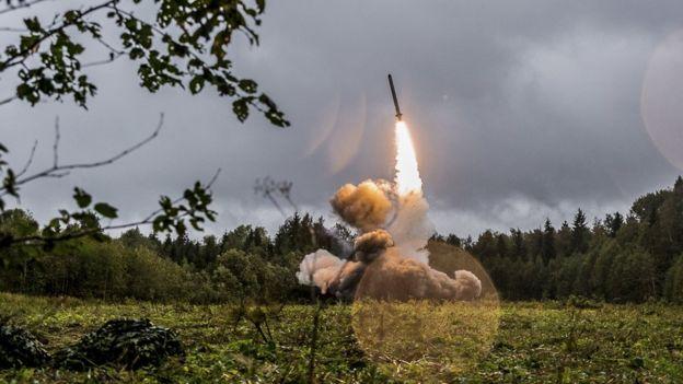 Sistema de mísseis russo Iskander durante exercícios militares em 2017