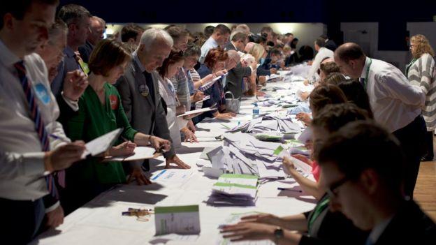 شمارش آرای انتخابات حزبی در دابلین ایرلند که آقای وردکار در آن ۶۰ درصد آرا را به دست آورد