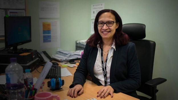 Amanda en su oficina