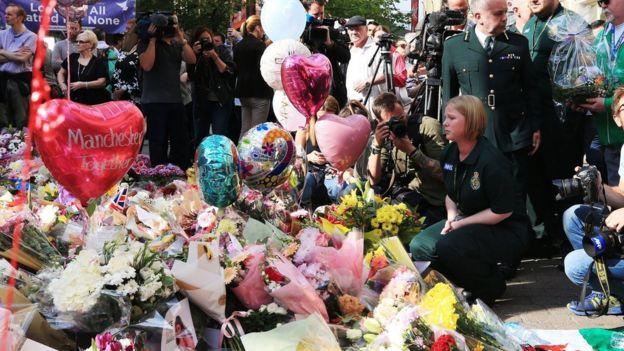Manchester'da hayatını kaybedenleri anmak için olay yerine çiçekler bırakılıyor.