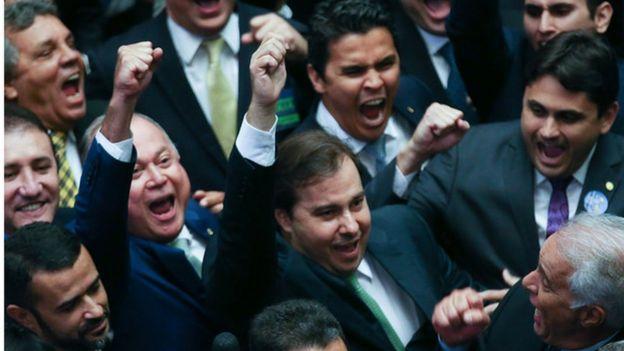 Deputados comemorando reeleição de Rodrigo Maia