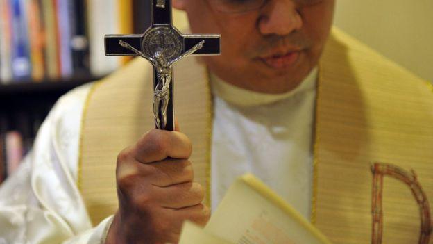O padre filipino José Francisco Syquia, que chefia a seção de exorcismo da Arquidiocese de Manilla, durante cerimônia em 2011