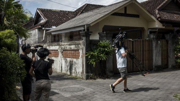 Periodistas fuera de la casa de Schapelle Corby donde cumplía arresto domiciliario en Bali, Indonesia