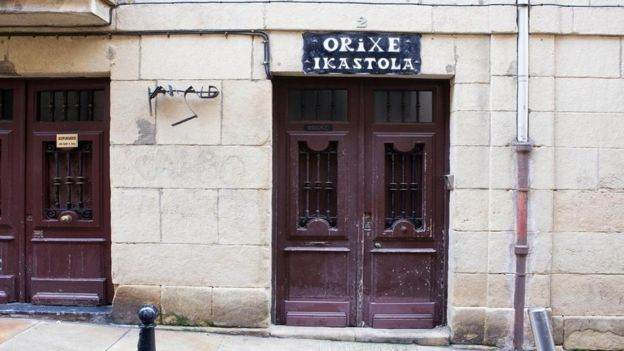 La puerta de una escuela en el País Vasco