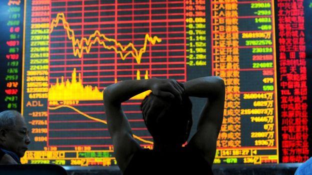 一位股民在看股市涨跌
