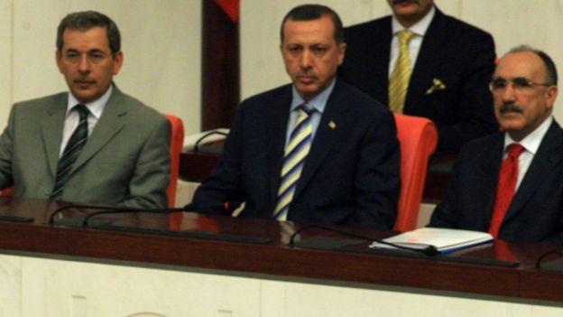 2007 yılında dönemin cumhurbaşkanı Abdullah Gül'ün yemin törenin, Abdüllatif Şener ve o dönem başbakan olan Erdoğan beraber izliyor