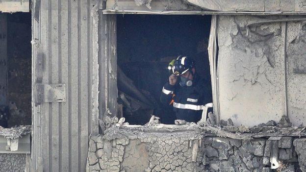 Un bombero al interior del edificio