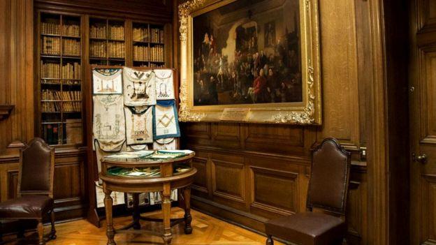"""На этой картине, которая хранится в Великой ложе Шотландии, изображена церемония посвящения Роберта Бёрнса в ложу №2 """"Кэнонгейт Килуиннинг"""", основанную в 1677 году"""