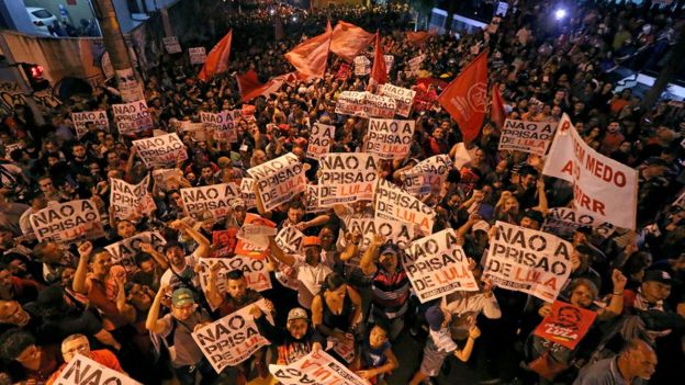 vigília contra a prisão de Lula em frente ao sindicato dos metalúrgicos em São Bernardo