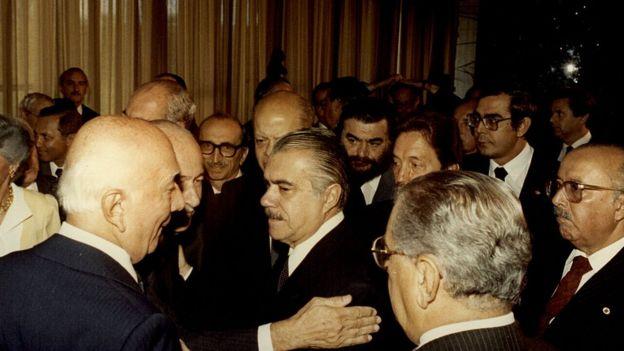 José Sarney (ao centro) após sua posse como presidente, em 1985