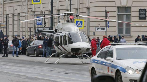 Tekhnologichesky Institut metro durağının dışında bir helikopter ve yardım görevlileri hazır bekliyor