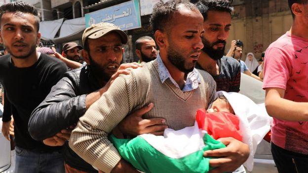 Leyla'nın babası, bebeğini kollarında taşırken.