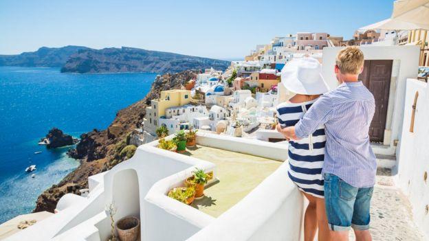 Una pareja en una isla de Grecia.