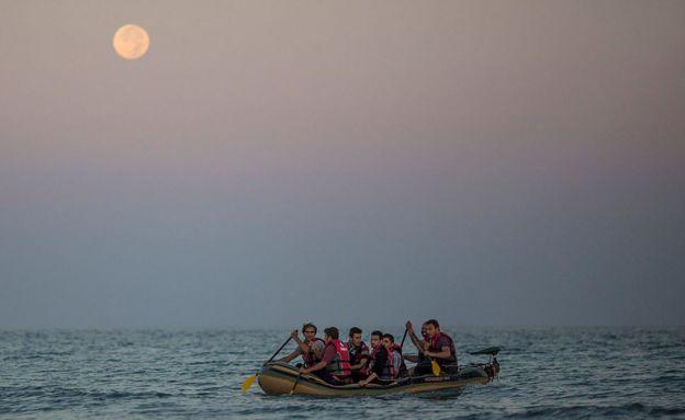 Мигранты в шлюпке у побережья греческого острова Кос в августе 2015 года