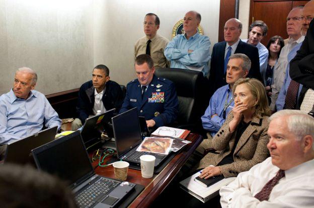 Obama y su equipo en la Sala Situacional en 2011.