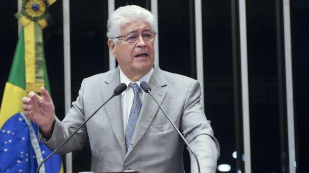 Senador Roberto Requião discursa na tribuna do Senado