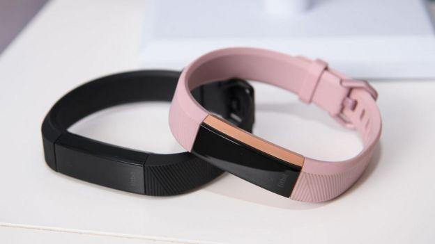 Un par de pulseras Fitbit
