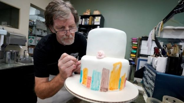 Jack Phillips decorates a cake in his shop. Photo: 21 September 2017
