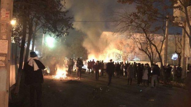 تجمع دراویش گنابادی در نزدیکی منزل نورعلی تابنده در بهمن ۹۶ و حضور نیروهای پلیس به درگیری خونین کشیده شد