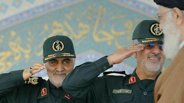 قاسم سلیمانی (چپ) و پاکپور در حال ادای احترام به رهبر ایران