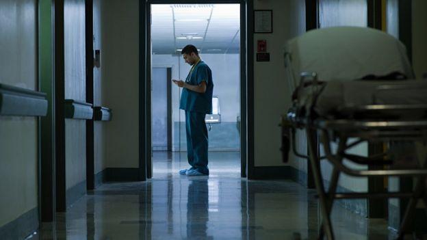Médico haciendo un turno nocturno.