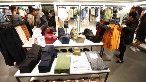 Consumidores em loja da Zara: A empresa já esteve sob fogo cruzado antes sob acusações de escravidão e trabalho infantil