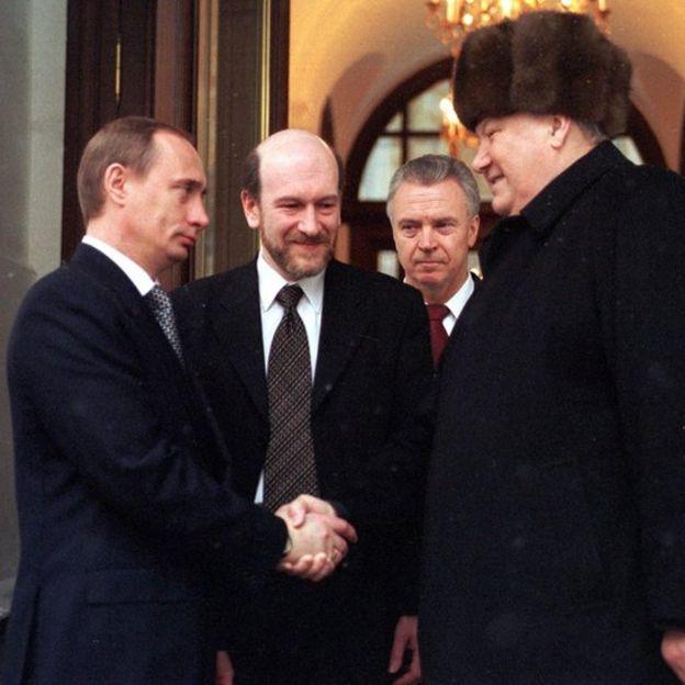 叶利钦总统卸任前与总理普京握手。他提名普京担任代理总统。