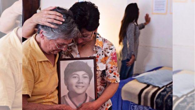 Doña Emma Theissen junto a una foto de su hijo (Foto: Prensa Comunitaria)