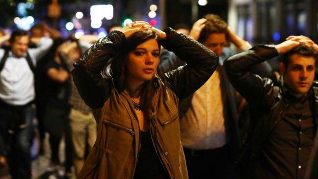 在场民众双手置于头上配合警方疏散。