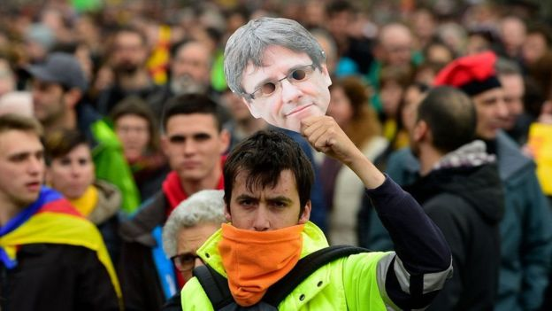 طرفداران کارلس پوجدمون یکشنبه در بارسلون، مرکز کاتالونیا، تجمع اعتراض آمیز برگزار کردند