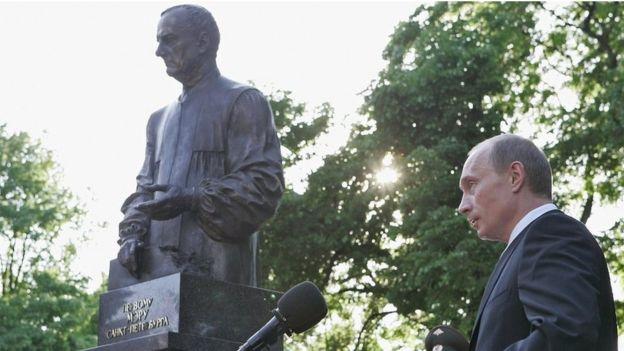 普京2006年为圣彼得堡市前市长索布恰克塑像揭幕。