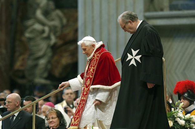 El gran maestro de la Orden de Malta, el británico Matthew Festing, junto al anterior papa, Benedicto XVI.