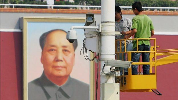 Trabajadores instalan cámaras de vigilancia en Pekín