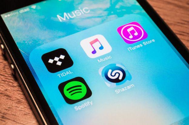Varias aplicaciones de música en un teléfono inteligente.