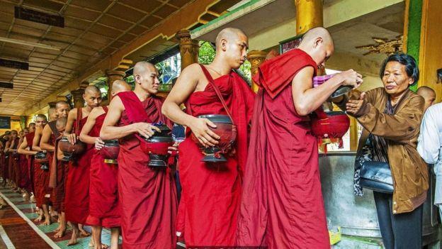 在緬甸,捐贈食物給僧侶