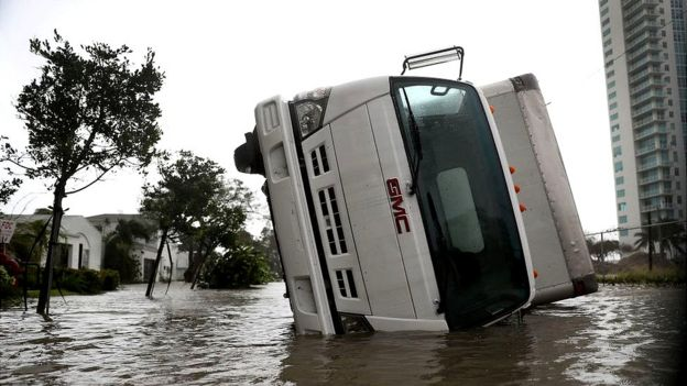 Un camión volcado en las calles de Miami tras el paso de Irma.