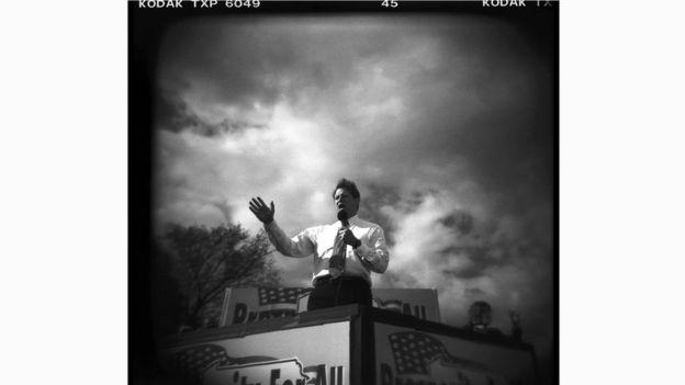 На этой выразительной фотографии Дэвида Бернетта - Эл Гор, выступающий перед американскими избирателями во время президентской кампании 2000 года
