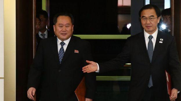"""Representantes norcoreano y surcoreano en la """"aldea de la tregua""""."""