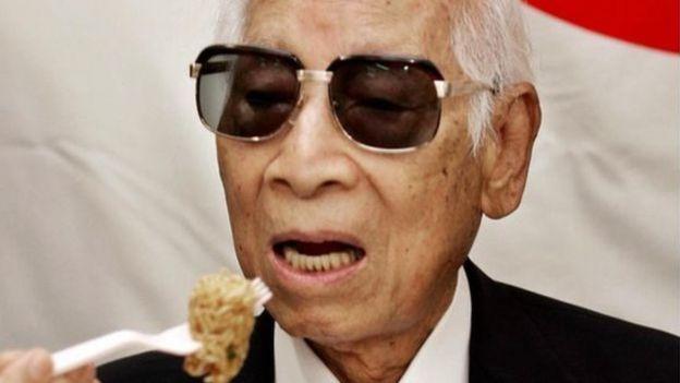 Momofuku Ando comendo macarrão instantâneo